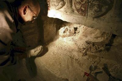 Trabajos de restauración en los sepulcros de la iglesia de San Esteban, en Cuéllar (Segovia)